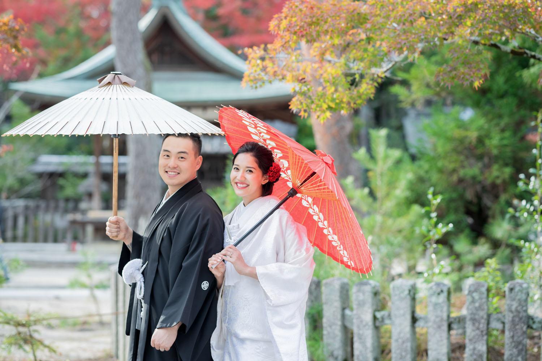 幸せな表情の新郎新婦様、今宮神社にて。