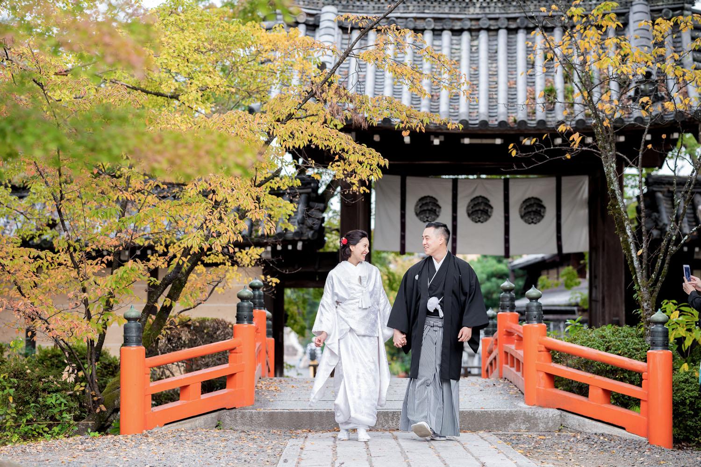 楽しく歩く和装婚礼イメージ。京都紫野の神社にて。