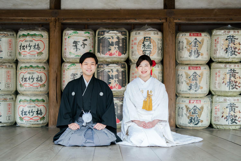 京都の吉田神社、酒樽前で正座写真。和装婚礼前撮り。