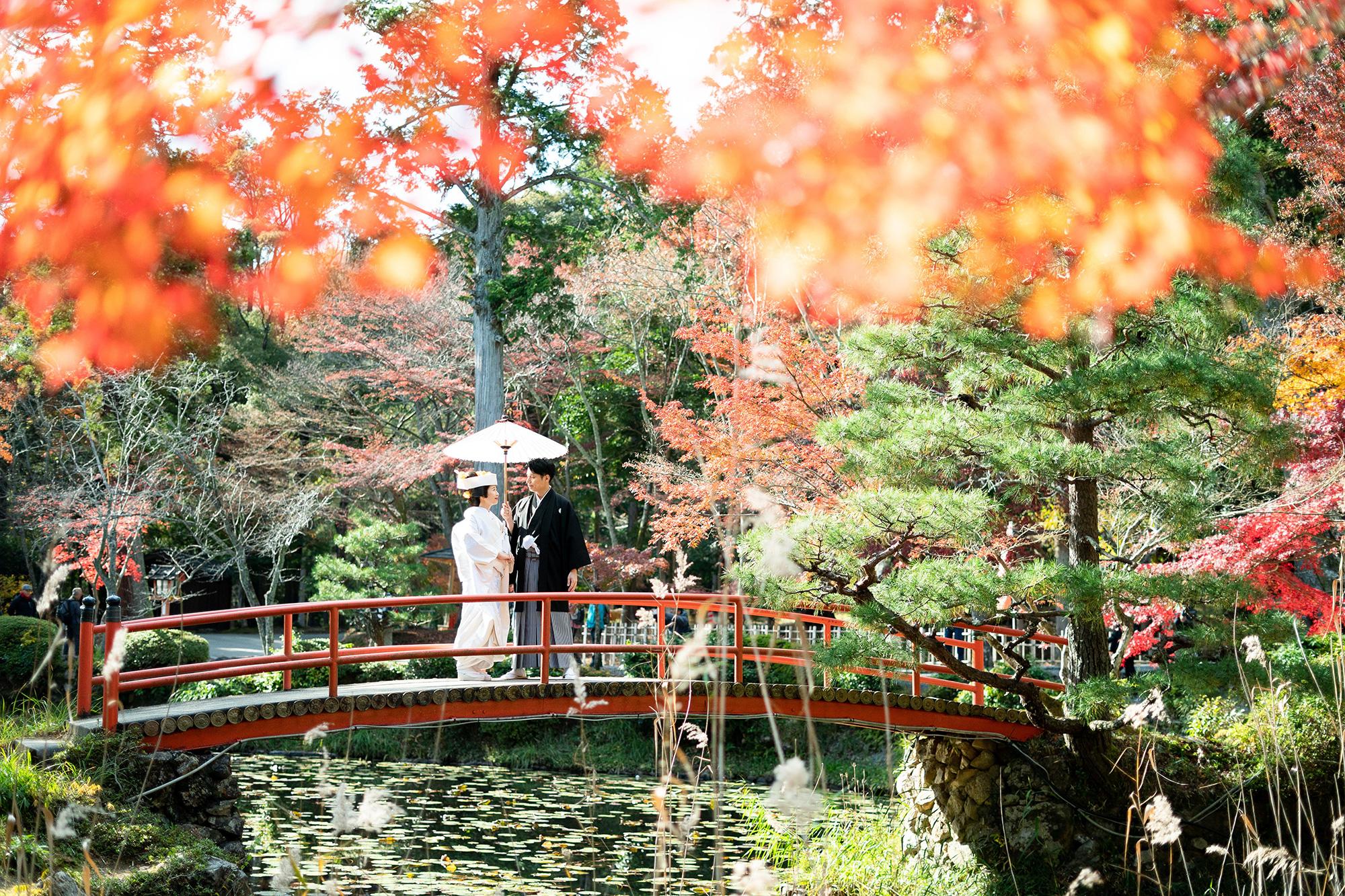 京都の大原野神社で前撮り。朱色の橋の上。