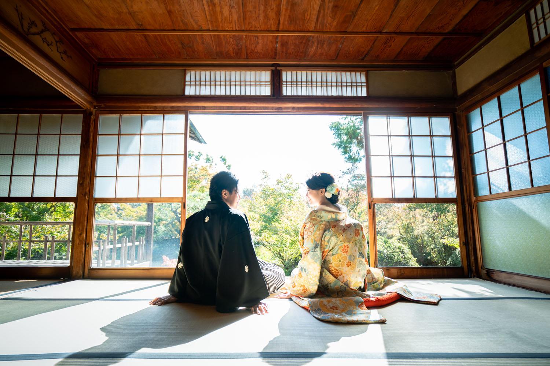 京都の梅宮大社、参集殿で座った状態の新郎新婦様。前撮りイメージ
