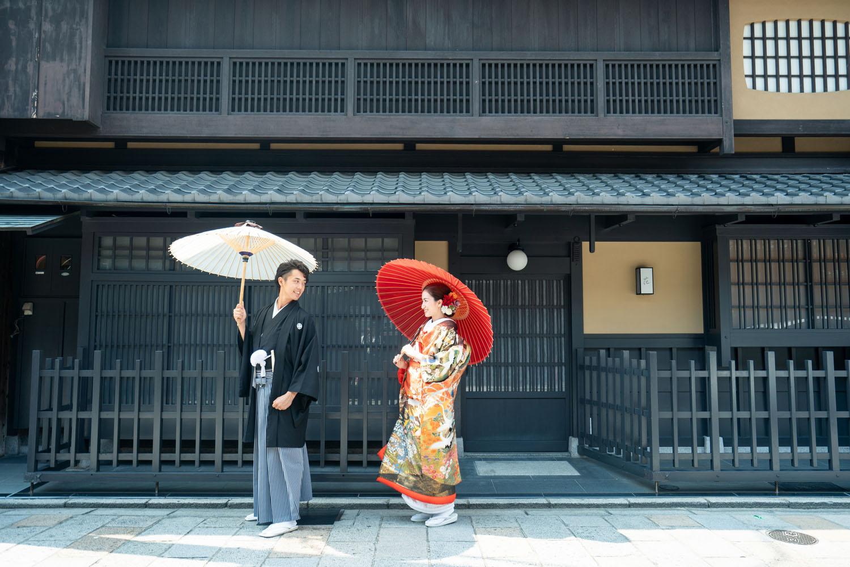 和傘と京町家、京都の祇園新橋にて