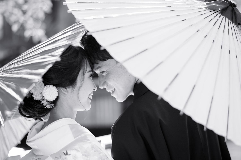 新郎新婦様、和傘をさして近づいた前撮りイメージ