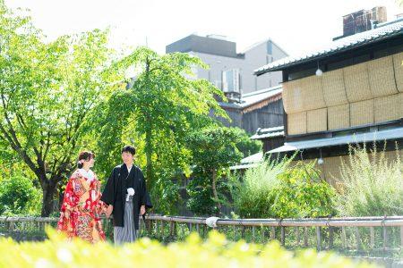 祇園白川沿いを歩く新郎新婦様・2020年8月
