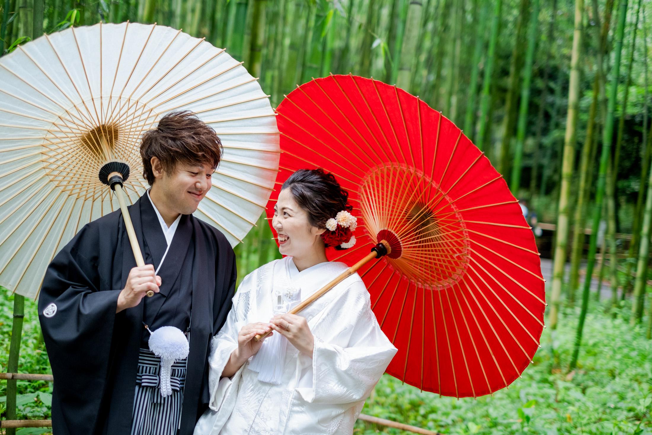 新郎新婦様。竹林と和傘