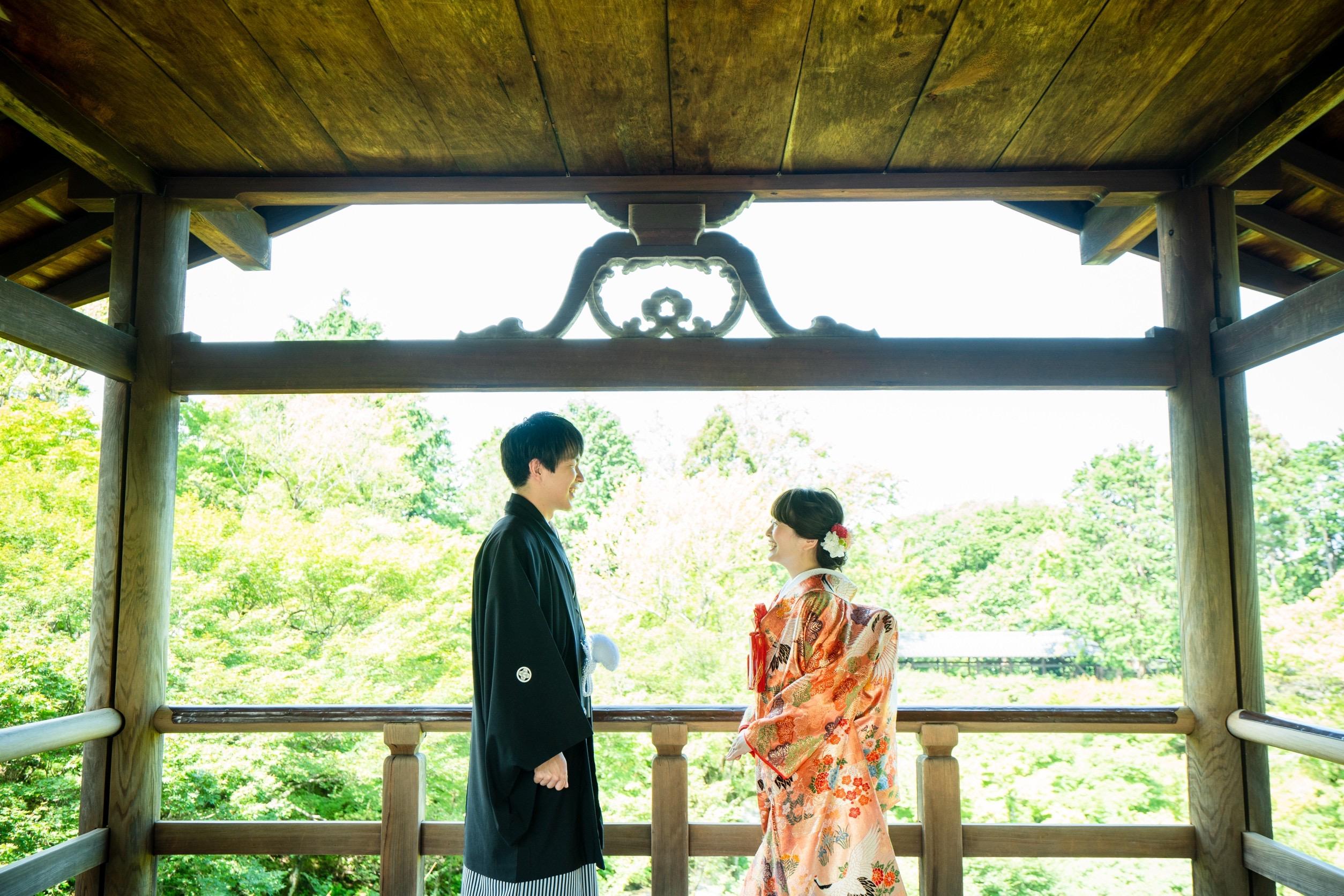 東福寺の通天橋中央付近にて、和装前撮りイメージ