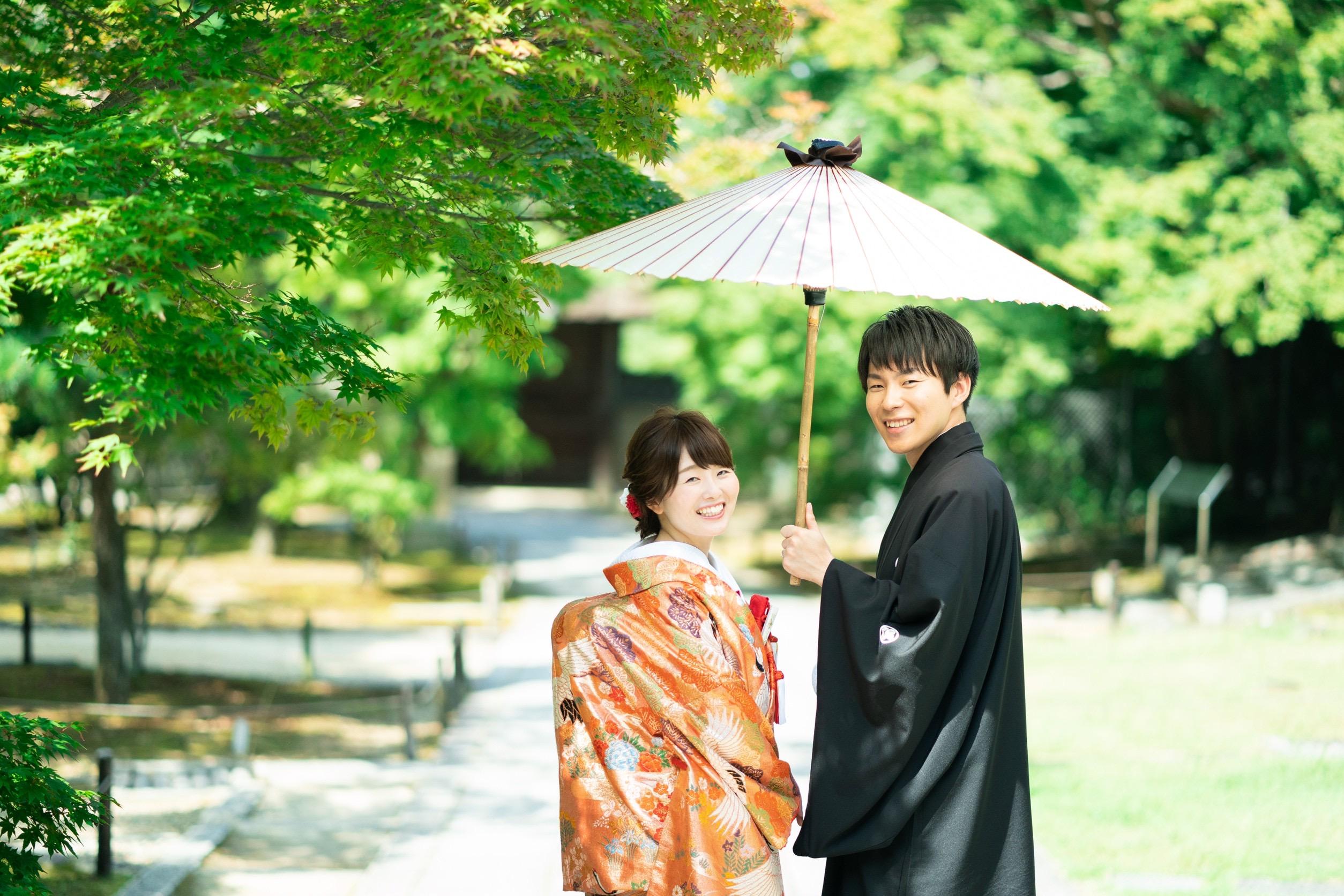 白い和傘アップめの写真