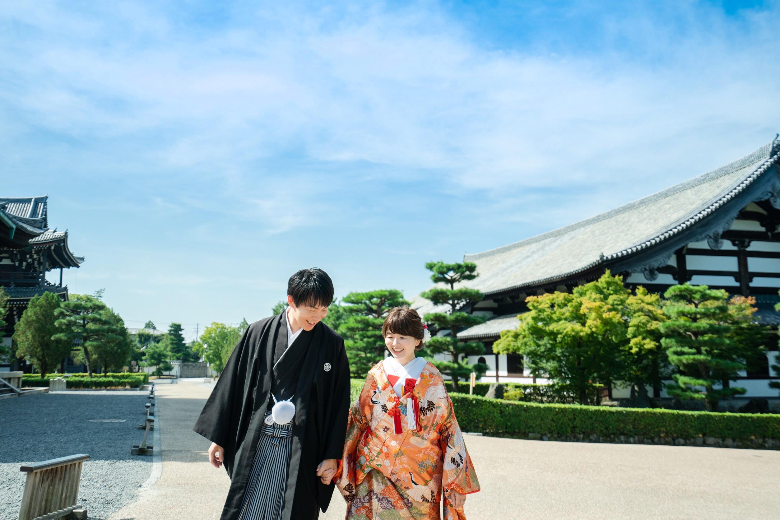 京都の東福寺、境内にて和装写真