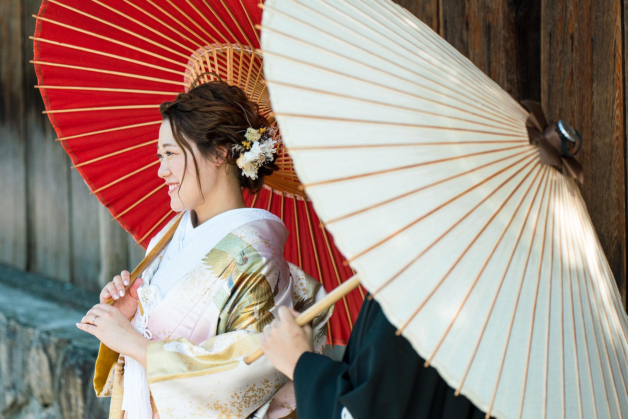 和傘をさす花嫁さん