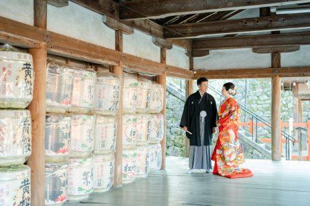 吉田神社前撮り。酒樽の前でポーズ。