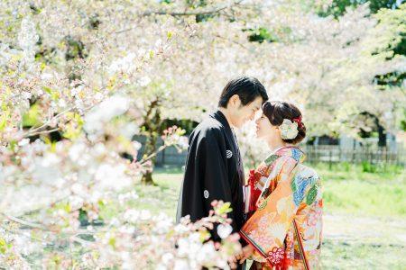 葉桜に包まれた花嫁花婿